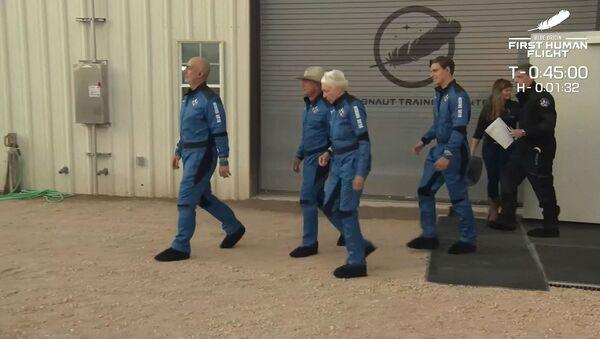 Скева направо: Марк Безос, Джефф Безос, Уолли Фанк и Оливер Дэмен направляются на стартовую площадку для первого пилотируемого полета многоразового корабля New Shepard от Blue Origin (20 июля 2021). Ван Хорн, штат Техас - Sputnik Արմենիա