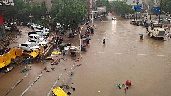 Հենան նահանգի բնակիչները Չժենչժոու քաղաքում տեղատարափ անձրևի ժամանակ - Sputnik Արմենիա