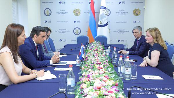 Омбудсмен Арман Татоян принял депутата Европарламента Натали Луазо (20 июля 2021). Еревaн - Sputnik Армения
