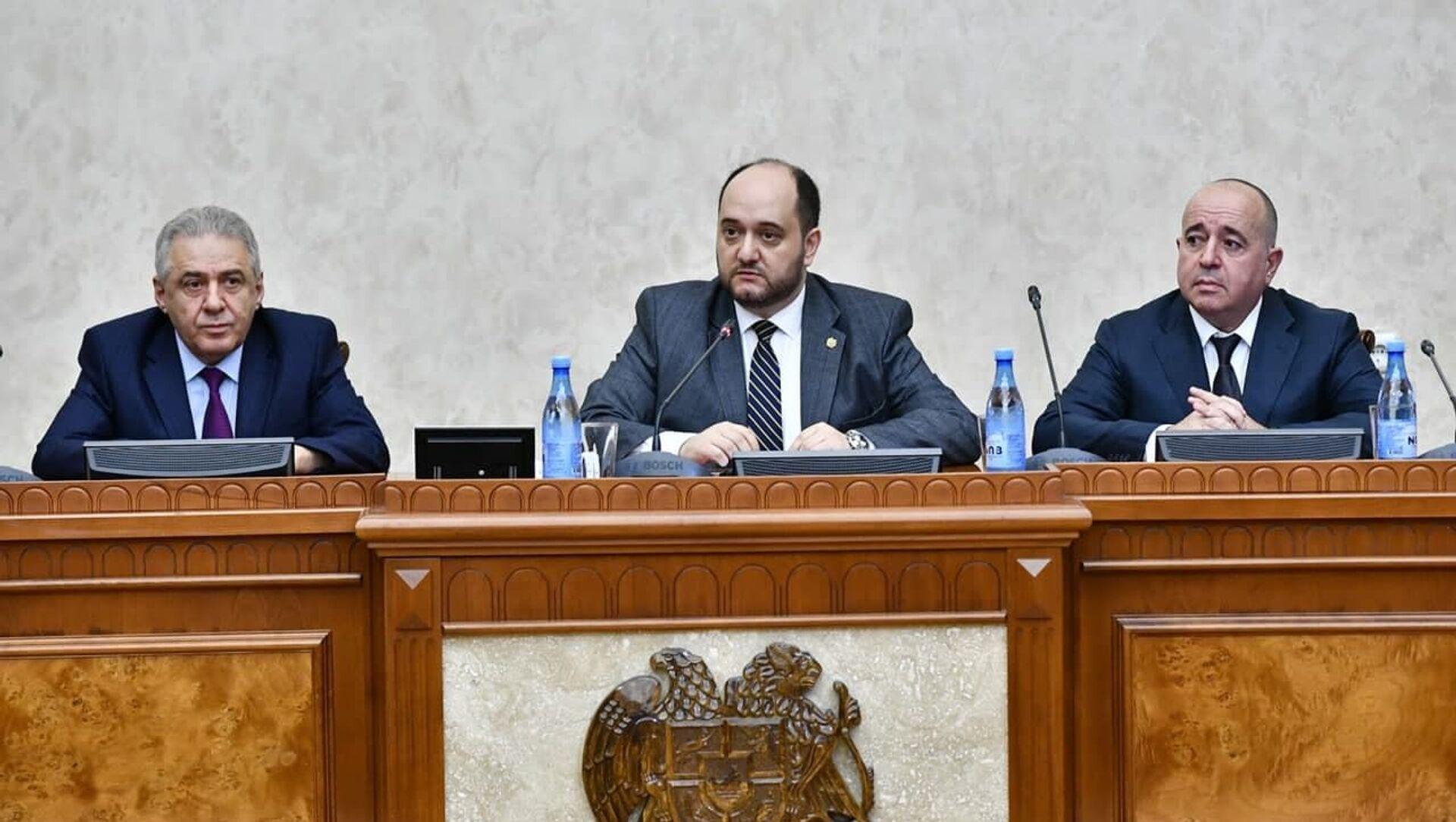 Слева направо: Вагаршак Арутюнян, Араик Арутюнян и Аршак Карапетян на заседании - Sputnik Արմենիա, 1920, 21.07.2021
