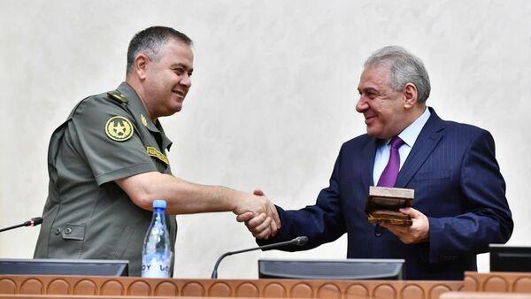 Артак Давтян и Вагаршак Арутюнян пожимают друг другу руки - Sputnik Армения