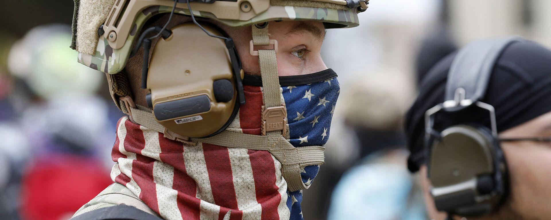 Американский военнослужащий в маске в виде американского флага - Sputnik Армения, 1920, 21.07.2021