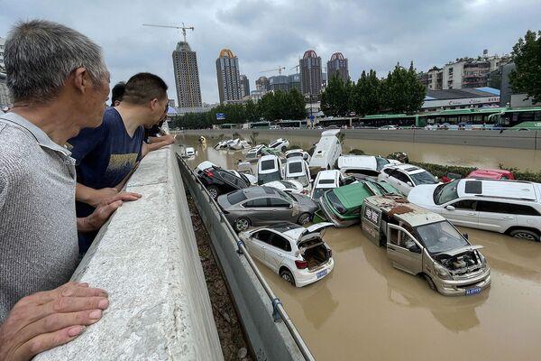 Մարդիկ նայում են ջրի մեջ հայտնված մեքենաներին  - Sputnik Արմենիա
