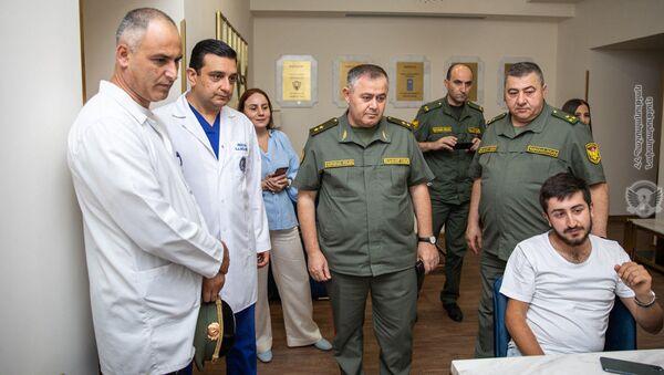 Начальник ГШ ВС РА Артак Давтян посетил  Реабилитационный центр Защитника Отечества (21 июля 2021). Еревaн - Sputnik Արմենիա