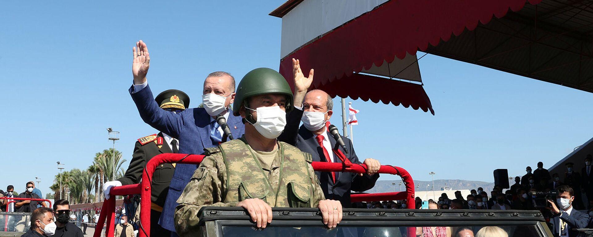 Президент Турции Реджеп Тайип Эрдоган и лидер киприотов-турок Эрсин Татар принимают участие в военном параде (20 июля 2021). Никосия - Sputnik Արմենիա, 1920, 22.07.2021