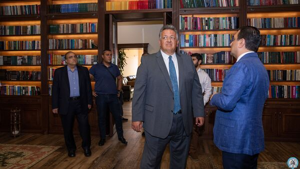 Ректор ЕрГМУ Армен Мурадян и Нубар Афеян в библиотеке университета - Sputnik Արմենիա