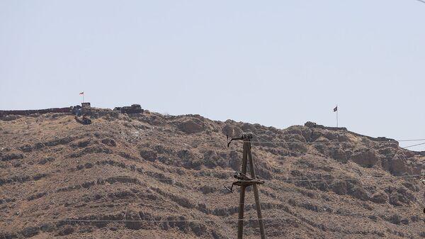 Флаги Армении и Азербайджана на границе близ села Ерасх - Sputnik Армения