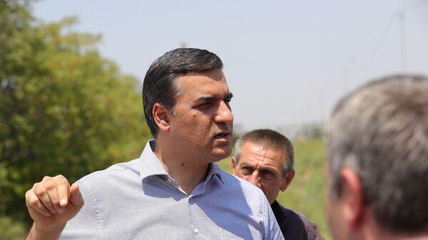 Омбудсмен Арман Татоян во время сбора фактов по обстрелу со стороны Азербайджана (20 июля 2021). Ерасх - Sputnik Армения