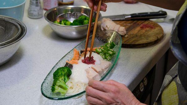 Победившая на кулинарном конкурсе кулинарных рецептов Олимпийской деревни Токио 2020 еда домохозяйки Йоко Нисимуры - Sputnik Армения