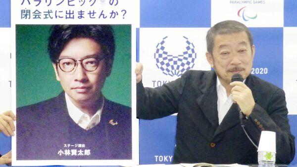 Исполнительный креативный директор Паралимпийских игр 2020 Хироси Сасаки показывает портрет режиссера церемонии открытия Олимпийских игр Кентаро Кобаяши во время пресс-конференции в Токио - Sputnik Արմենիա