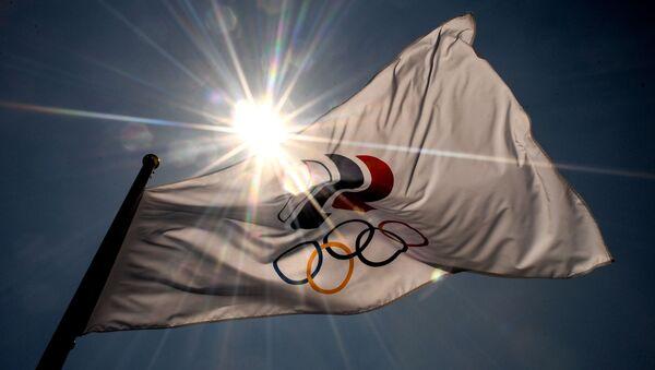 Флаг с символикой Олимпийских игр в Aomi Urban Sports Park в Токио. - Sputnik Армения