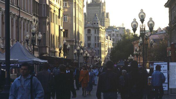 Прохожие на Арбате в Москве - Sputnik Армения