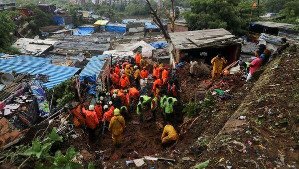 Спасатели ищут выживших после обрушения жилого дома из-за оползня в Мумбаи - Sputnik Армения