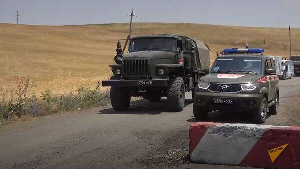Российские миротворцы обеспечили безопасность передвижения гражданского транспорта по горным дорогам в Нагорном Карабахе - Sputnik Армения