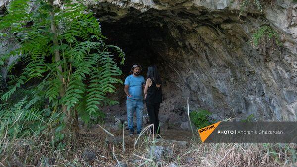 Директор историко-арxеологического музея-заповедника Эребуни Микаэл Бадалян во время интервью Sputnik Армения в ереванской пещере - Sputnik Արմենիա