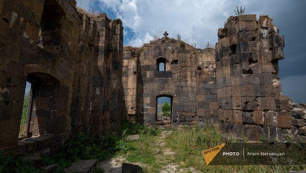 Церковь Сурб Погос-Петрос в Зовуни у апаранского водохранилища - Sputnik Армения