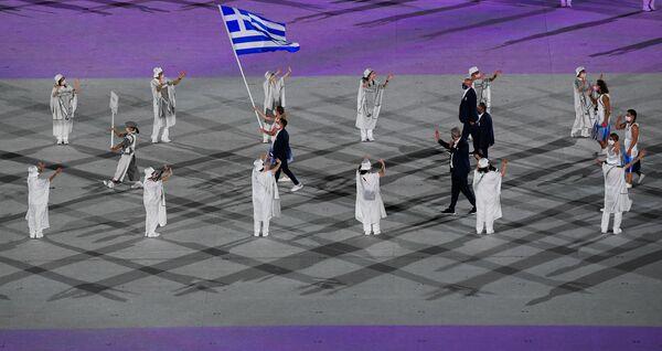 Հունաստանի հավաքականի դրոշակակիրներ Աննա Կորակակին և Էլեֆտերիոս Պետրունիասը ՝ մարզիկների շքերթի ժամանակ - Sputnik Արմենիա