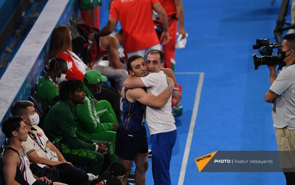Артур Давтян обнимается со своим тренером после блестящего выступления - Sputnik Армения