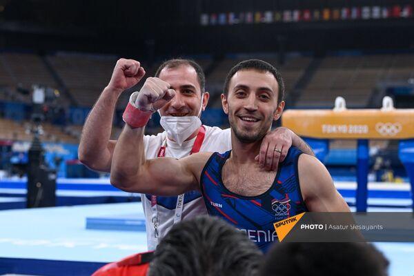 Артур Давтян со своим тренером делают победный жест - Sputnik Армения