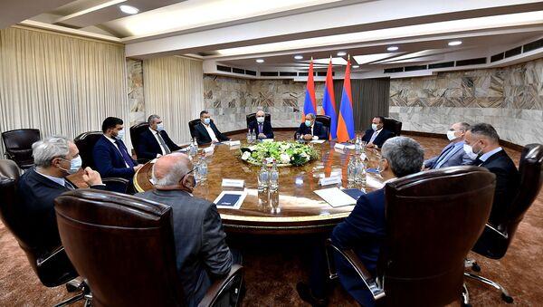 И.о. премьер-министра Никол Пашинян провел заседание с лидерами внепарламентских политических сил (24 июля 2021). Еревaн - Sputnik Արմենիա