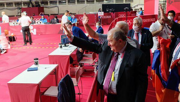 Президент Армен Саркисян приветствует боксера Ованнеса Бачкова после победы в 1/16 финала на Олимпиаде в Токио - Sputnik Արմենիա