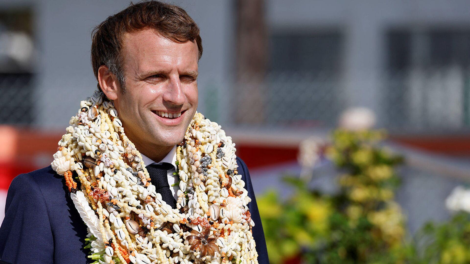 Президент Франции Эммануэль Макрон в гирляндах после прибытия на атолл Манихи на архипелаге Туамоту во Французской Полинезии - Sputnik Արմենիա, 1920, 27.07.2021