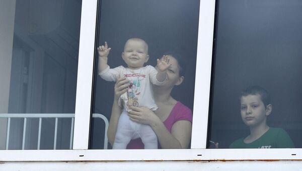 ребенок в окне - Sputnik Армения