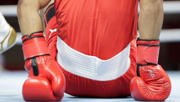 Боксер на полу ринга во время поединка на Олимпийских игр в Токио - Sputnik Армения