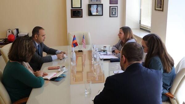 Верховный комиссар по делам диаспоры Заре Синанян на встрече с Чрезвычайным и полномочным послом США в Армении Линн Трейси (27 июля 2021). Еревaн - Sputnik Արմենիա