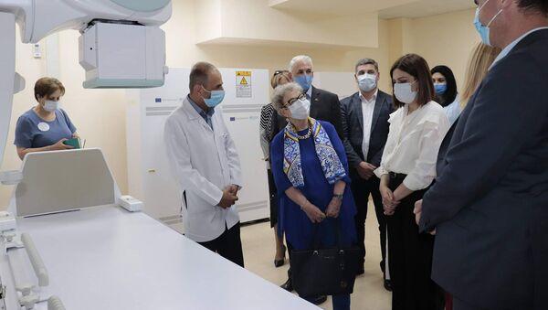 И.о. министра здравоохранения Анаит Аванесян в медицинском центре Мартуни осматривает новейшее рентгеновское оборудование - Sputnik Արմենիա