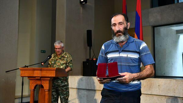 Представители командного состава одной из воинских частей Армии обороны Карабаха вручили государственные награды родным погибших военнослужащих (28 июля 2021). Еревaн - Sputnik Армения