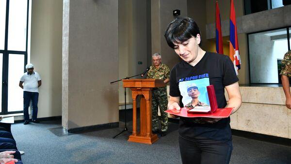 Представители командного состава одной из воинских частей Армии обороны Карабаха вручили государственные награды родным погибших военнослужащих (28 июля 2021). Еревaн - Sputnik Արմենիա