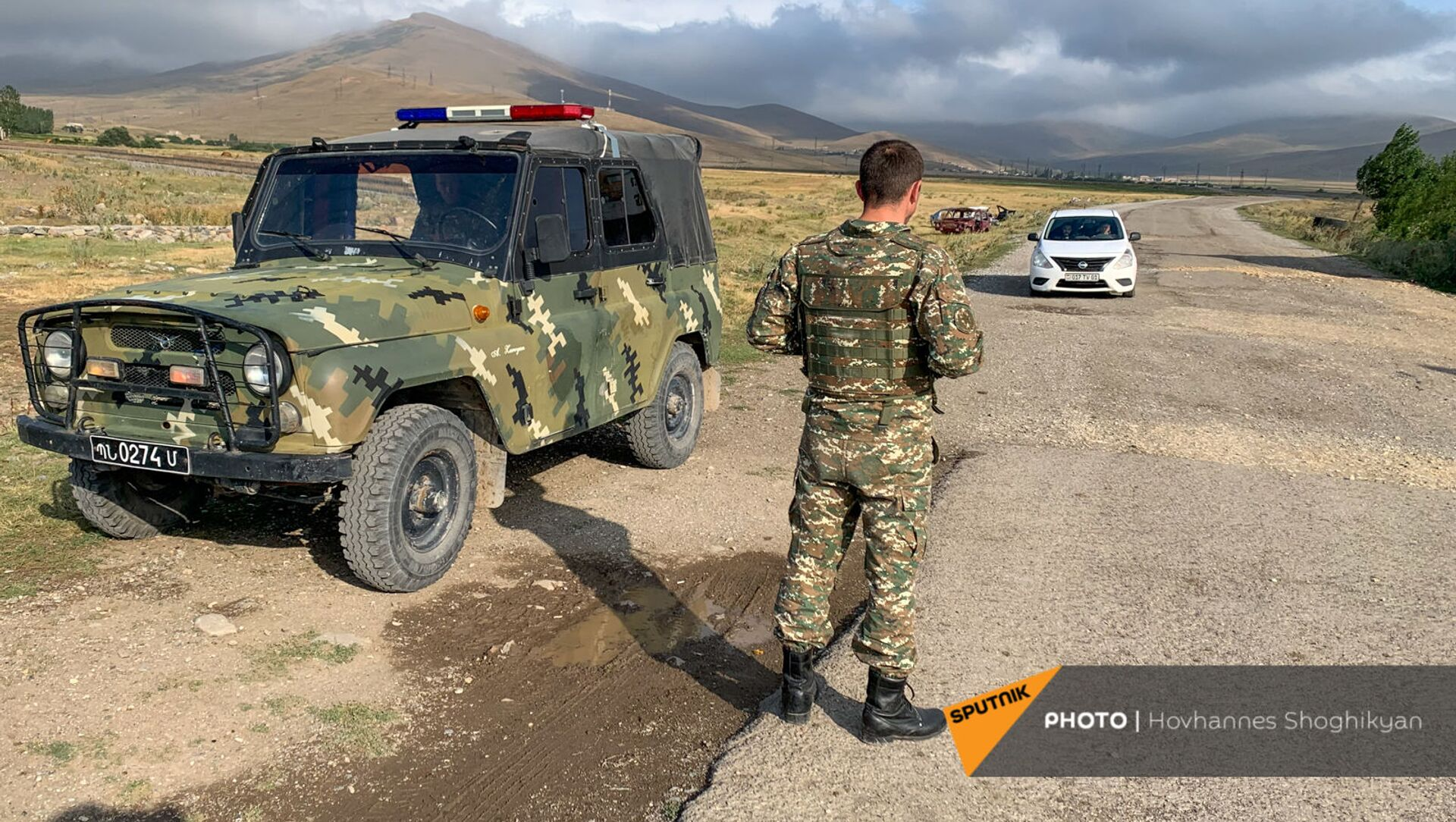 Военный патруль у въезда в село Кут Гегаркуникской области Армении - Sputnik Армения, 1920, 30.07.2021