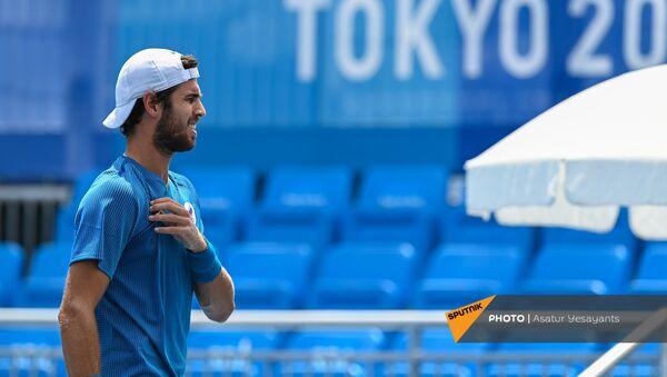 Карен Хачанов (команда ОКР) в матче против Диего Шварцмана (Аргентина) во время турнира по теннису на XXXII летних Олимпийских играх (28 июля 2021). Токио - Sputnik Армения