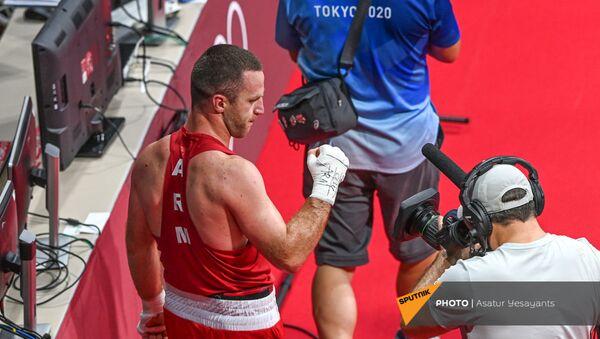 Арман Дарчинян делает победный жест рукой после поединка на Олимпийских играх в Токио (29 июля 2021). Япония - Sputnik Արմենիա