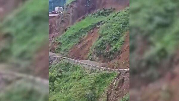 В Индии из-за оползня обрушилась часть горной дороги - Sputnik Армения