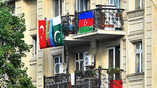 Флаги Азербайджана, Турции и Пакистана, вывешенные на балконе жилого дома в Баку - Sputnik Армения