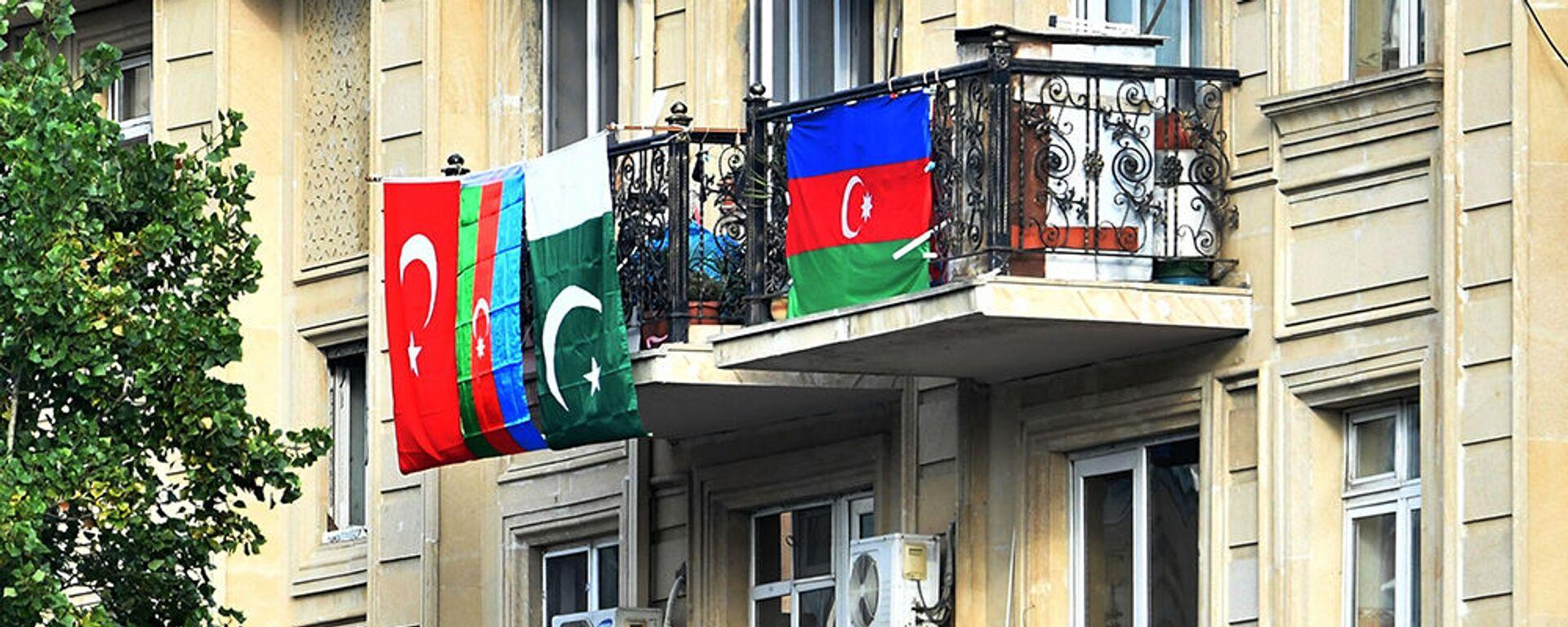 Флаги Азербайджана, Турции и Пакистана, вывешенные на балконе жилого дома в Баку - Sputnik Արմենիա, 1920, 30.07.2021