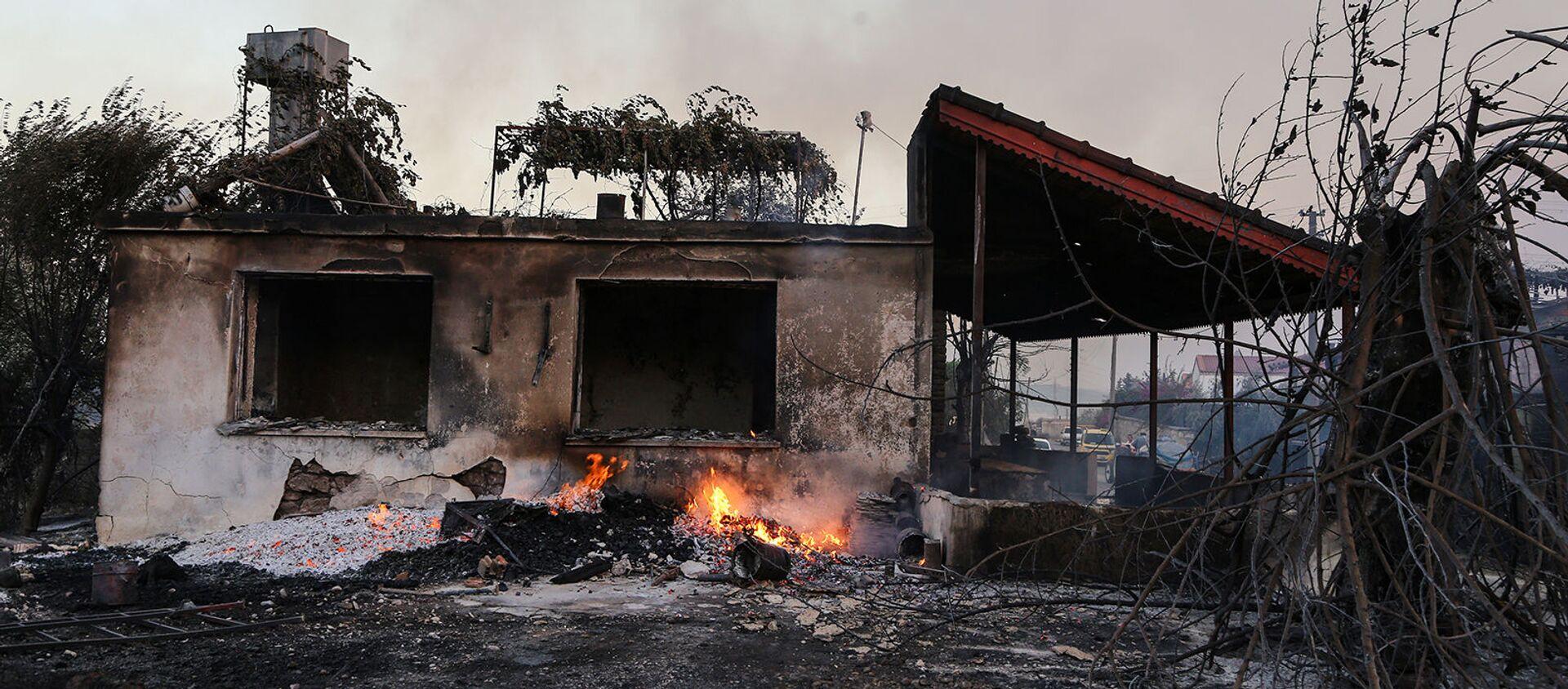 Сгоревший от лесных пожаров дом недалеко от горожа Манавгат (28 июля 2021). Турция - Sputnik Արմենիա, 1920, 10.08.2021