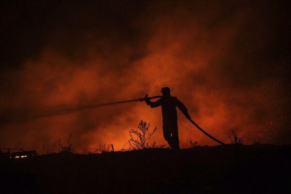 Հրշեջը մարտի է դուրս եկել կրակի դեմ - Sputnik Արմենիա