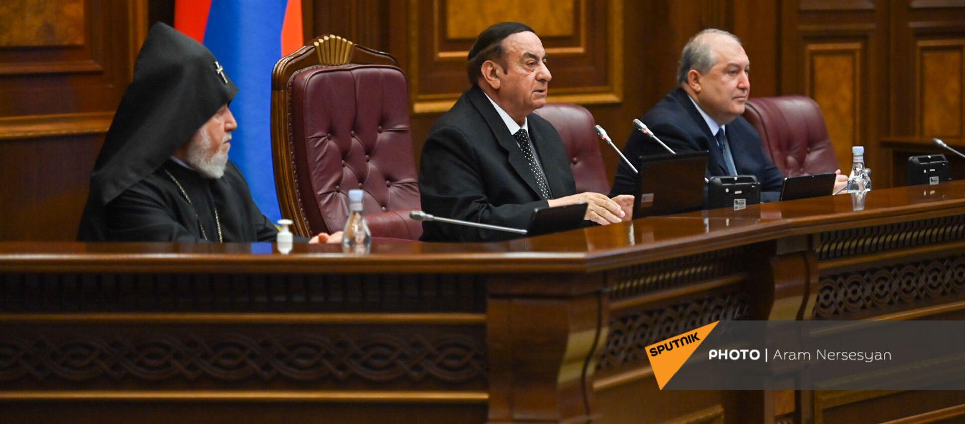 Председатель первого заседания парламента Армении 8-го созыва Князь Гасанов приветствует присутствующих (2 августа 2021). Еревaн - Sputnik Армения, 1920, 02.08.2021