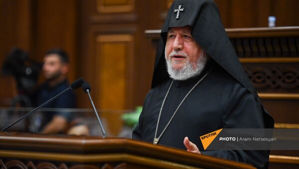 Католикос Гарегин второй приветствует присутствующих на первом заседании парламента Армении 8-го созыва (2 августа 2021). Еревaн - Sputnik Армения