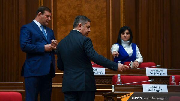 Тарон Маргарян, Артур Ванецян и Тагуи Товмасян перед началом первого заседания парламента Армении 8-го созыва (2 августа 2021). Еревaн - Sputnik Армения