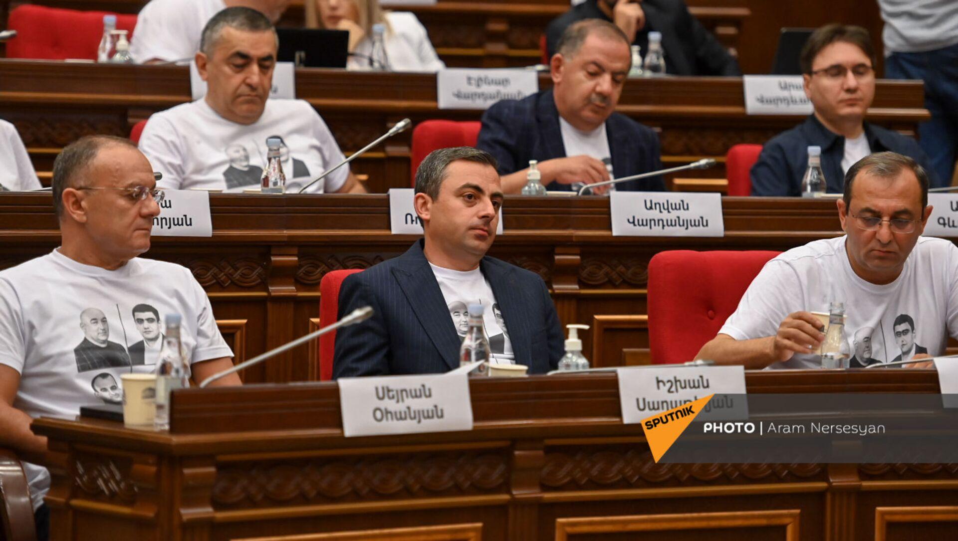 Депутаты блока Айастан во время первого заседания парламента Армении 8-го созыва (2 августа 2021). Еревaн - Sputnik Արմենիա, 1920, 05.08.2021