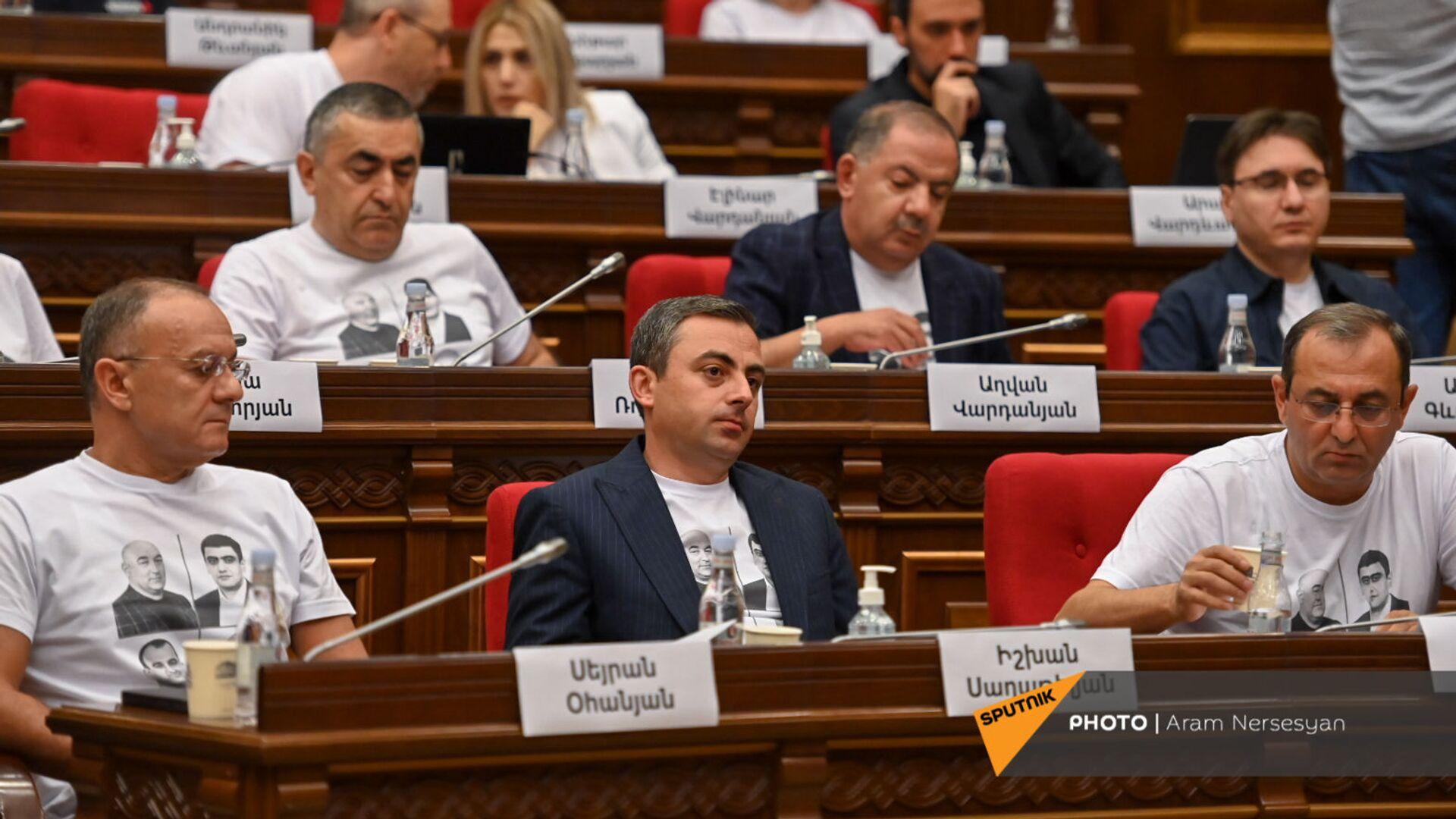 Депутаты блока Айастан во время первого заседания парламента Армении 8-го созыва (2 августа 2021). Еревaн - Sputnik Արմենիա, 1920, 03.08.2021