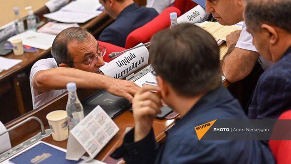 Арцвик Минасян беседует с коллегами во время первого заседания парламента Армении 8-го созыва (2 августа 2021). Еревaн - Sputnik Արմենիա
