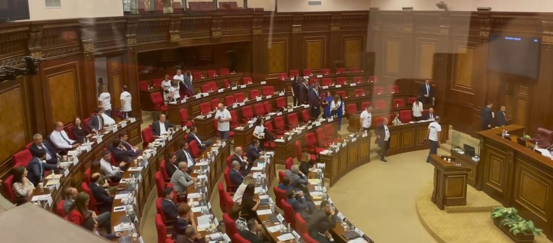 Ընդդիմությունը լքեց ԱԺ նիստերի դահլիճը. պահանջում են կալանքից ազատել 2 պատգամավորներին - Sputnik Արմենիա, 1920, 02.08.2021