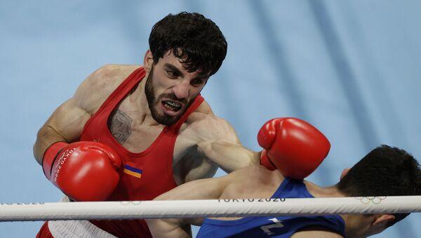 Боксеры Ованнес Бачков (Армения) и Эльнур Абдураимов (Узбекистан) во время поединка на Олимпийских играх в Токио (3 августа 2021). Япония - Sputnik Армения