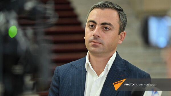 Ишхан Сагателян на собрании НС (3 августа 2021). Еревaн - Sputnik Армения