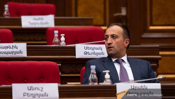 Арсен Торосян во время первого заседания парламента Армении 8-го созыва (2 августа 2021). Еревaн - Sputnik Արմենիա
